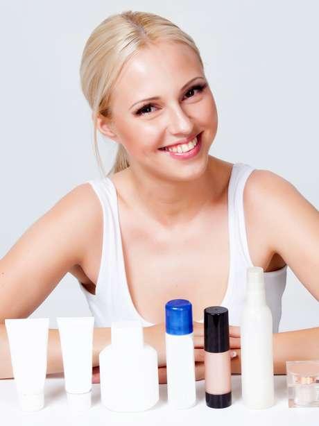 Como o álcool irrita e resseca a pele, opte por produtos com ativos anti-inflamatórios para diminuir a vermelhidão e coceira da região