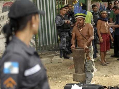 Índios são retirados do prédio do antigo Museu do Índio, no Rio de Janeiro, após ação da polícia