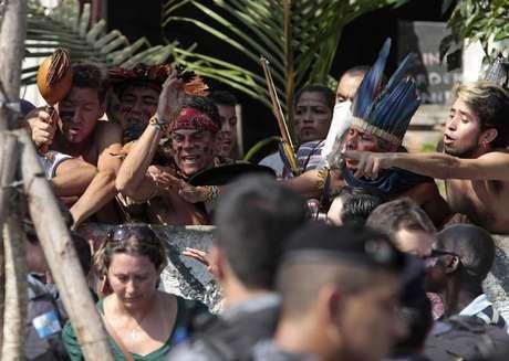 <p>Índios protestam durante manifestação no Museu do Índio no Rio de Janeiro.</p>