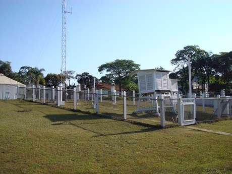 <p>Imagem do cercado meteorológico, que é o local onde ficam os instrumentos de uma Estação Meteorológica convencional</p>