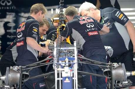 Mark Webber espera indicaciones para salir a rodar durante los primeros ensayos en Sepang.