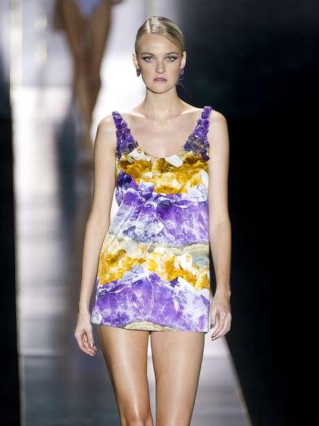 <p>A modelo Carol Trentini desfilou pela Água de Coco no SPFW com um vestido multicromático</p>