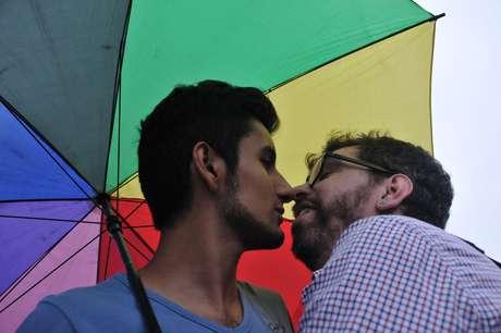 Como forma de ironizar a conduta do deputado Feliciano, um pequeno grupo de gays e simpatizantes da causa se reuniu, no final da tarde de hoje, no Beijaço de Repúdio, ato organizado por meio do Facebook