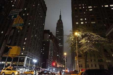 """<p>Colosales edificaciones como el Empire State Building, en Nueva York, apagaronsus luces a las 20.30 (hora local). El otro gran monumento de la Gran Manzana, la Estatua de la Libertad, no pudohacerlo ya que permanece cerrada desde el huracán """"Sandy"""" del 29 de octubre de 2012.</p>"""