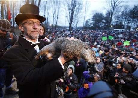 Según la tradición si el roedor ve su sombra habrá seis semanas más de invierno, si no la puede ver quiere decir que la primavera llegará antes.
