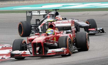 <p>Alemão da Sauber (no fundo) espera melhor desempenho da Sauber ainda em 2013</p>
