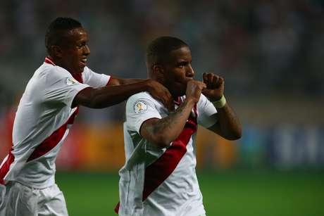 Farfán comemora gol em vitória por 1 a 0 do Peru sobre o Chile por 1 a 0, em Lima
