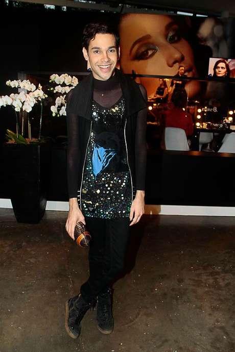 <p>Arthuro Carvalli adorou o camisão sobre a calça em um look com inspiração no closet feminino</p>