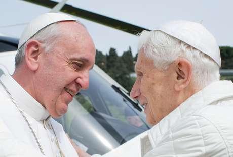 O atual Sumo Pontífice e o Papa emérito se abraçaram em um encontro histórico para a Igreja Católica