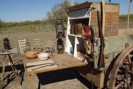 <p><strong>Bandera, Texas -</strong> Entre os ranchos tur&iacute;sticos, o mais antigo &eacute; o Dixie Dude Ranch, que atrai aspirantes a vaqueiros desde 1937. Entre as atividades, est&atilde;o refei&ccedil;&otilde;es em carro&ccedil;as t&iacute;picas e contar hist&oacute;rias ao redor da lareira</p>