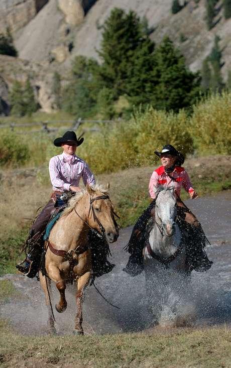 <p>Em McGinnis Meadows, os turistas aprendem a se conectar com os cavalos</p>