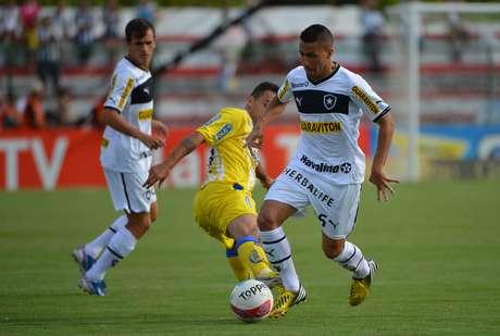 <p>Gabriel tenta passar pela marcação do Madureira</p>