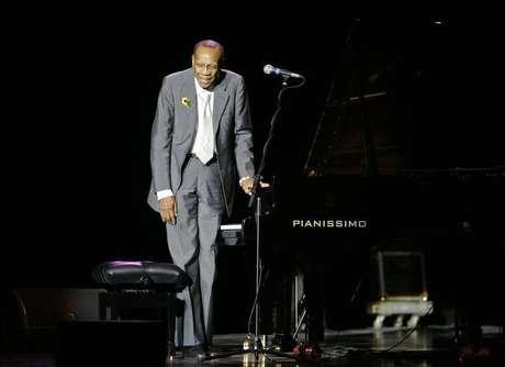 <p>Pianista Bebo Valdes cumprimenta a audiência em uma apresentação em Madri. O compositor e arranjador cubano morreu na sexta-feirapor causa do Mal de Alzheimer</p>