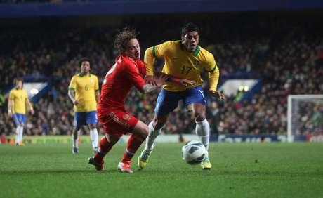 <p>Segundo jornais, atacante fará parte de processo de renovação do elenco do Chelsea de Mourinho</p>