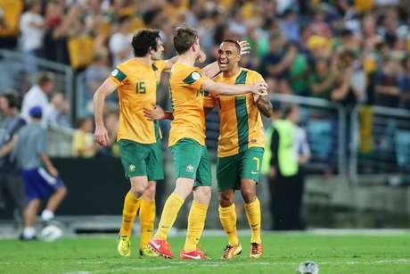 Australianos festejam gol no final, que manteve equipe na vice-liderança do Grupo B das Eliminatórias asiáticas