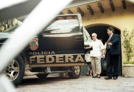 O ex-juiz Nicolau dos Santos Neto em foto de 2001, deixando sua casa para ir à prisão