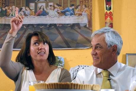 Piñera junto a una de las familias beneficiadas con el bono ético familiar.