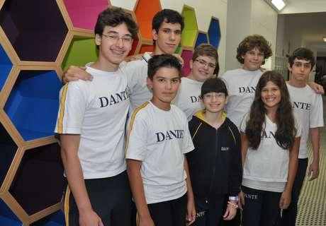 Equipe do GEETec do Colégio Dante Alighieri, que participa da etapa final do First Lego League; à esquerda, Vitor Martes Sternlicht, responsável pela programação