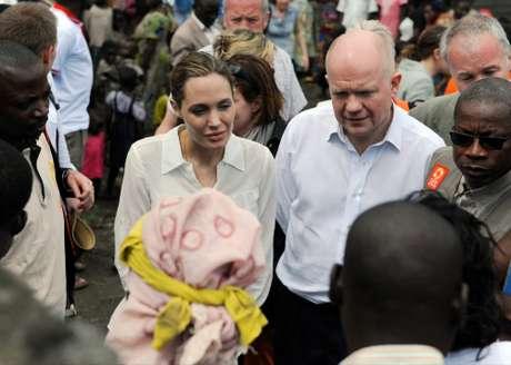 <p>Angelina Jolie juntoal ministro de Relaciones Exteriores Británico, William Hague conversando convíctimas de violaciones y violencias sexuales</p>