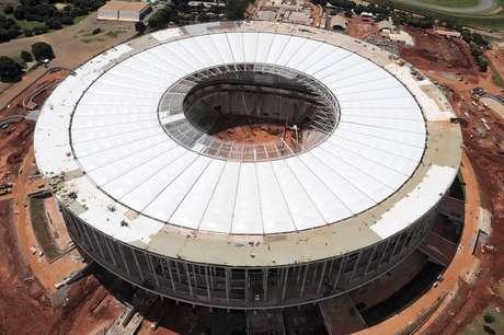 <p>27 de marzo de 2013: cerca de la entrega oficial, el Estadio Nacional de Mane Garrincha, en Brasilia, terminó de instalar la última de las 48 partes principales de la membrana del techo.</p>