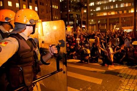 Policiais da Tropa de Choque fazem cordão de isolamento em volta da prefeitura