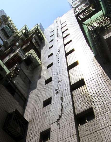 Fachada de prédio ficou danificada após o terremoto que atingiu a ilha