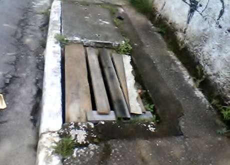 Pedaços de madeira foram colocados em bueiro sem tampa na zona norte de São Paulo