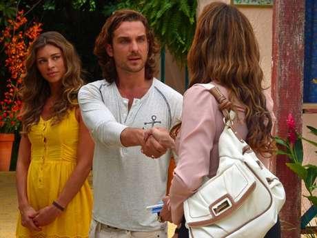 Ester (Grazi Massafera) sente ciúmes de Alberto (Igor Rickli) quando uma jornalista se aproxima para entrevistá-lo