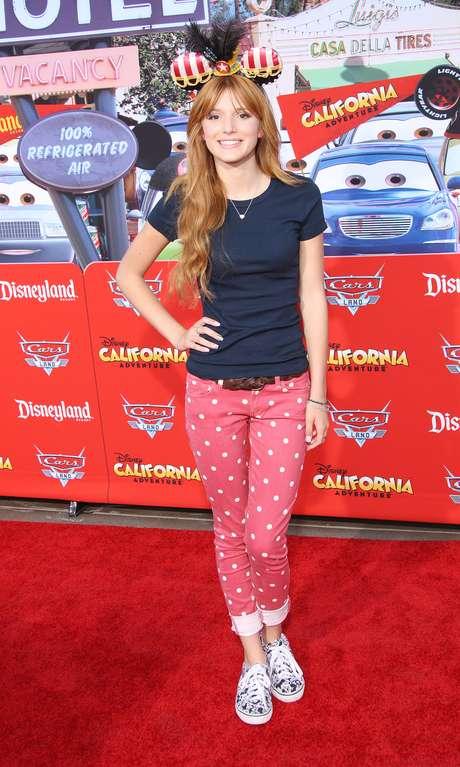 <p>A atriz americana Bella Thorne combinou calça rosa de bolinha branca com tênis estampado</p>