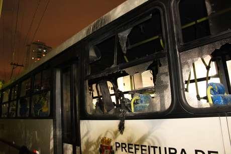 Ônibus ficou bastante danificado após o ataque