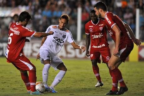 <p>Neymar passou em branco após desfalcar o Santos por dois jogos por estar com a Seleção Brasileira; Santos e Mogi Mirim empataram na Vila Belmiro por 2 a 2</p>