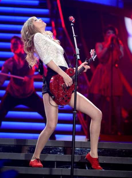 """<p>Taylor Swift se convirtió en una sexy guitarrista, al tocar de una manera bastante provocativa el instrumento de seis cuerdas en pleno concierto de su """"Red Tour"""" enNewark, New Jersey.</p>"""