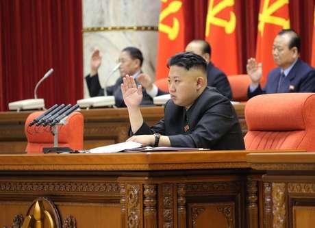 Líder norte-coreano Kim Jong-Un preside reunião de Plenário com Comitê Central do Partido dos Trabalhadores da Coreia em Pyongyang. A Coreia do Sul irá reagir rapidamente a um eventual ataque norte-coreano, alertou a nova presidente do país na segunda-feira, num momento de elevada tensão na região por causa da retórica belicosa de Pyongyang e da mobilização pelos EUA de aviões invisíveis a radares. 01/04/2013