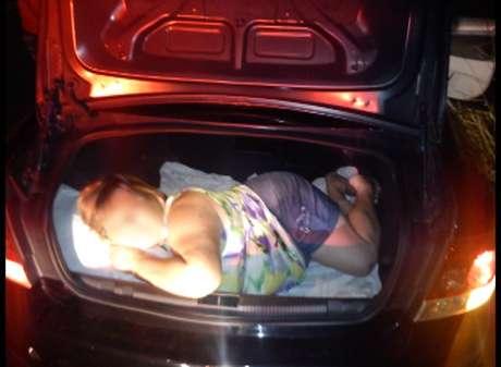 Segundo a polícia, motorista disse que sua mãe viajava no porta-malas para descansar da viagem