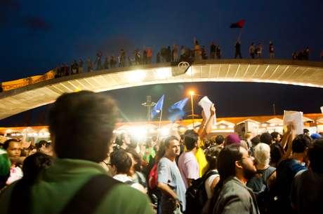 <p>Após o aumento da tarifa, milhares de pessoas protestaram nas ruas de Porto Alegre</p>