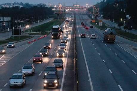 No início da noite, o motorista encontrava lentidão na Rodovia Presidente Dutra em Guarulhos (SP)