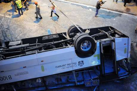 <p>&Ocirc;nibus despencou de viaduto sobre a avenida Brasil, na sa&iacute;da da Ilha do Governador</p>