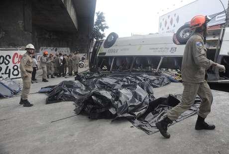 <p>Queda de um &ocirc;nibus do viaduto&nbsp;na avenida Brasil&nbsp;deixou oito mortos no Rio de Janeiro</p>