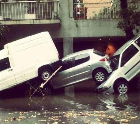 <p><strong>2 de abril -</strong>Carros ficaram empilhados após as chuvas</p>