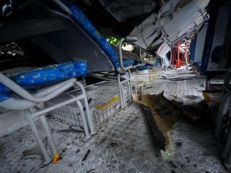 <p>Desgovernado, o ônibus que fazia a linha 328 da Paranapuan caiu do viaduto Brigadeiro Trompowski sobre a avenida Brasil, na saída do bairro da Ilha do Governador</p>