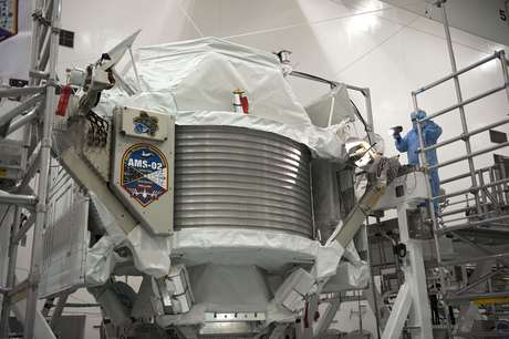 Técnico examina o Espectrômetro Magnético Alfa no Kennedy Space Center da Nasa, enquanto o módulo ainda estava na Terra