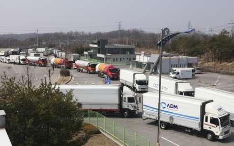 Caminhões sul-coreanos fazem caminho de volta depois de terem a entrada recusada na Coreia do Norte