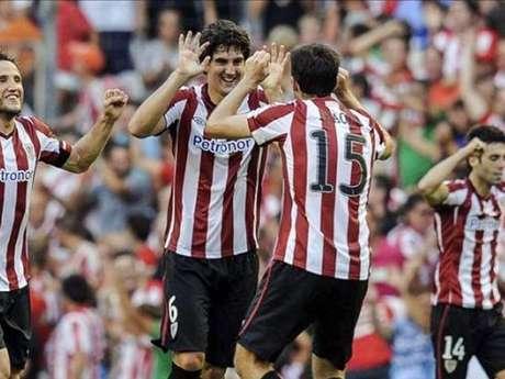 Mikel San José celebra con Ander Iraola un gol del Athletic Club