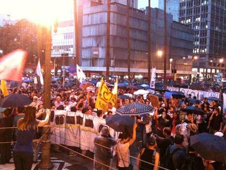Jovens comemoraram em frente à prefeitura em manifestação que estava programada desde segunda