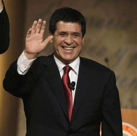 <p>O candidato do Partido Colorado à Presidência do Paraguai, Horacio Cartes, acena durante o primeiro debate televisionado entre candidatos</p>