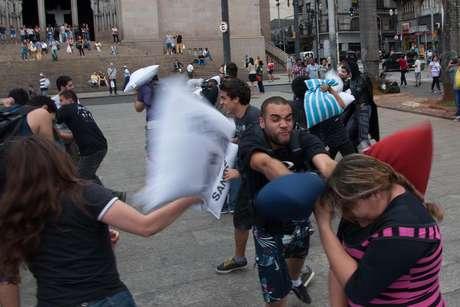 SP: jovens promovem guerra de travesseiros na Praça da Sé
