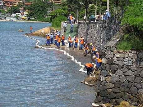 Trabalhos de contenção realizados nas praias da região central da cidade na manhã deste sábado