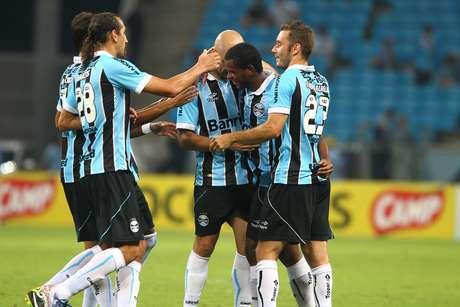 <p>Jogadores comemoram único gol gremista na vitória diante do Cerâmica</p>