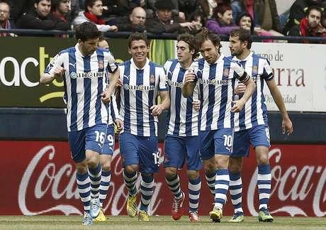 <p>El defensa mexicano (centro) hizo el primer gol de los 'Periquitos' con un cabezazo.</p>
