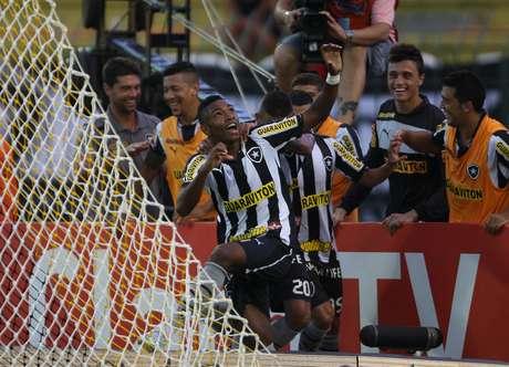 <p>Vitinho entrou no segundo tempo e conseguiu marcar duas vezes</p>